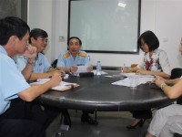 the deputy director general of vietnam customs mr hoang viet cuong directly meets and listens to enterprises