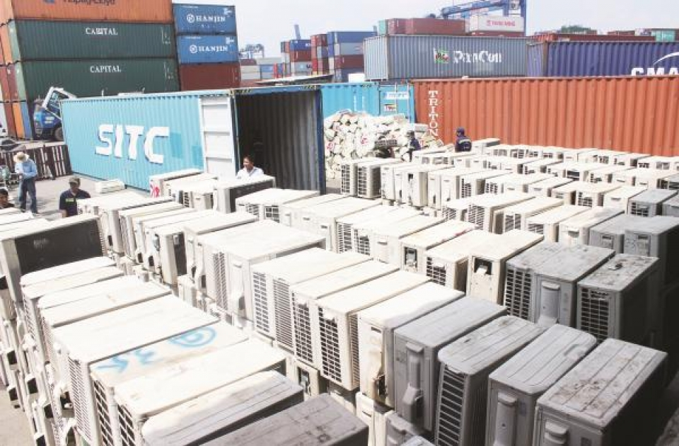 vietnam customs speaks about 213 containers in transit at cat lai port