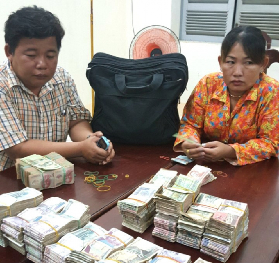 consecutively arresting goods and currency illegally transported across border gate