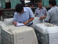 vietnam customs published on 2 customs officers who were arrested