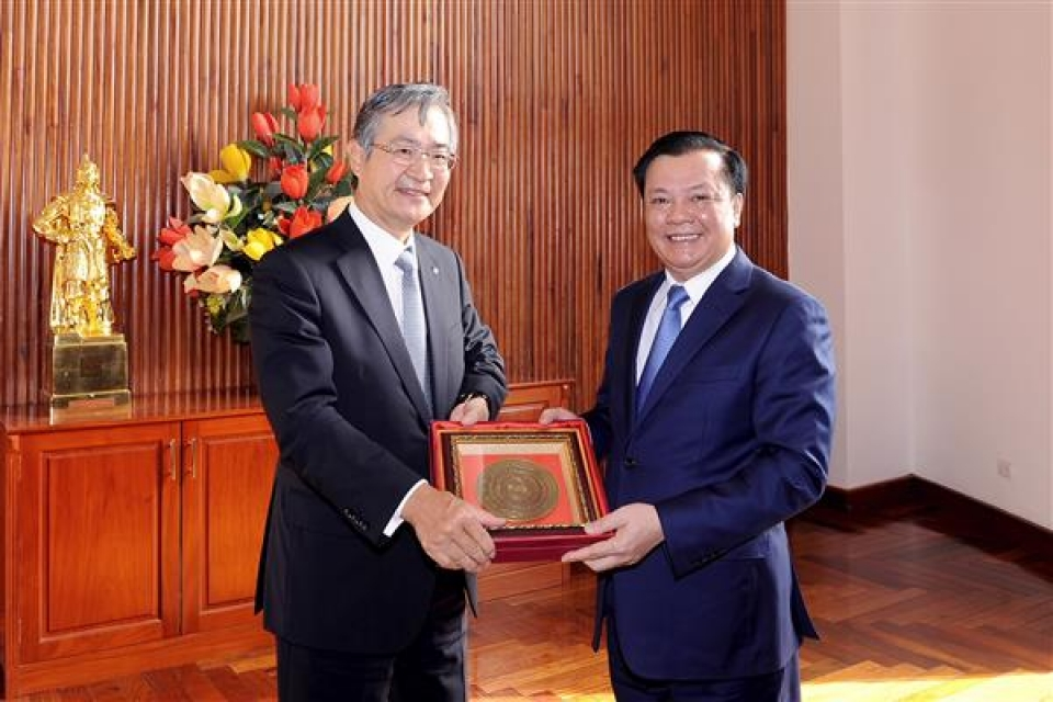 minister of finance welcomes president of daiwa group