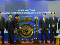 minister dinh tien dung struck the gong to open the first securities trading session of early 2018