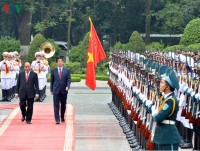in photos japan pm abe welcomed in hanoi