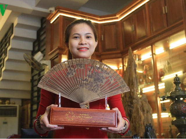 agarwood handmade fans unique souvenirs for apec 2017 senior officials
