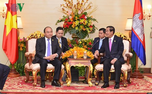 pm phuc meets cambodian lao counterparts ahead of mrc summit
