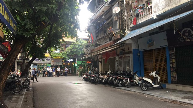 french president tours hanoi old quarter