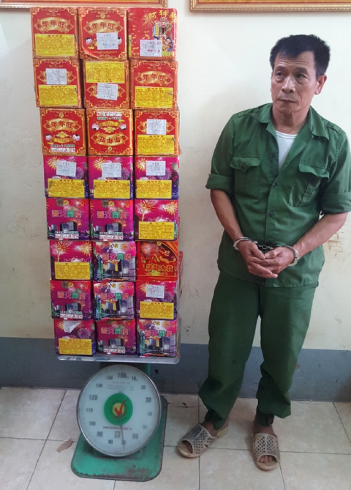 lang son arresting a man transporting 70 kg of firecrackers