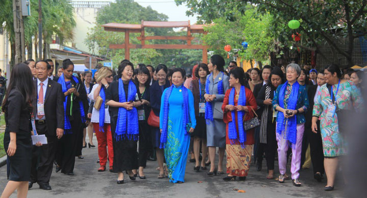 apec leaders wives tour ancient hoi an city
