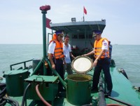 coast guard seize a ship transporting illegally 70000 liters of do oil on the sea