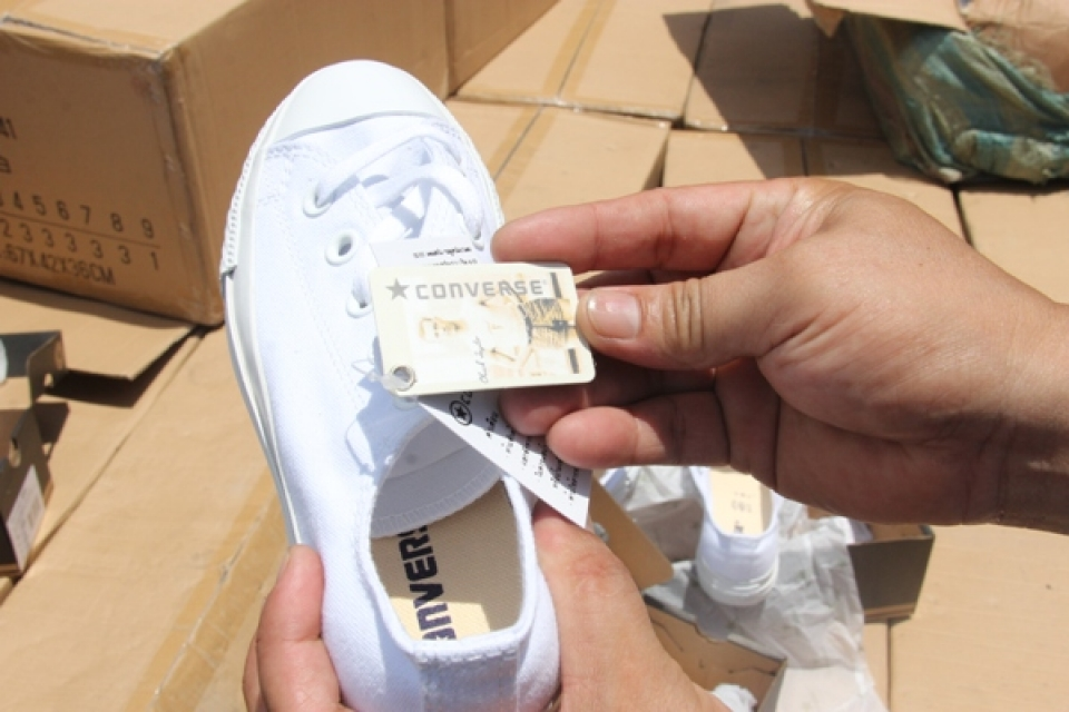seize fake converse shoes in transit shipment again