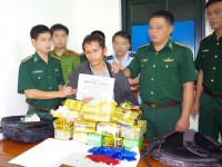 ha tinh customs coordinated to seize 10 kg of ice and 20000 tablets of ecstasy