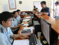 ha tinh customs receiving and solving 297 dossiers through online public service
