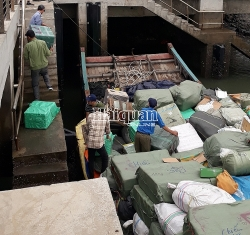 Arrested 2 wooden ships carrying dozens of tons of contraband goods